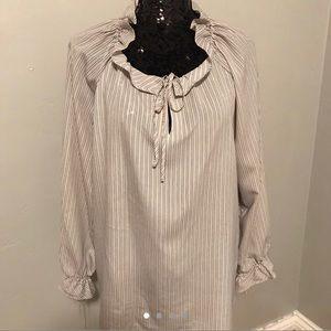 Flowey light grey blouse.